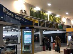 JFK空港  ジョンFケネディ空港到着しました。思ったより小規模な感じの空港です。  出口ウエルカムセンターです。