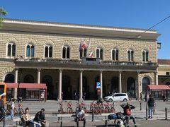 ボローニャ中央駅は快晴でちょっと暑いくらい