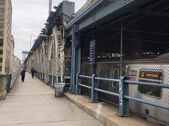 マンハッタンブリッジ  ブルックリンブリッジを渡るつもりが、マンハッタンブリッジにきてしまい 渡ることに。  この頃にはトイレがしたくて大変なことに。ダンボでお店を探すのですが、時間が早くまた日曜で開いてるお店が見つからない。  もう橋を渡ってマンハッタンに戻るしかない。 しかし橋の長い事長い事。