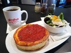 気を取り直してお昼。 ジョルダーノスにしました! シカゴB級グルメでシカゴピザは食べたいと思ってて。 お店の候補はいくつか有りましたが、私が好きな海外ドラマ「HAWAII FIVE-0」に出てきたジョルダーノスに。 主要キャストの1人がシカゴ出身の設定なの~。  ランチセットはピザが可愛らしいサイズ(1人分)です。 ピザ生地はパイみたいなサクサクタイプ。 これもお店によって違うらしいですね。 (タルト生地みたいなものもあるらしいです)