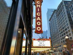 シカゴ劇場。 中に入ってみたかったけど残念、時間とお金がありません。 そのあと寒くなってしまって近くのザラに避難。 同僚としばし電話。