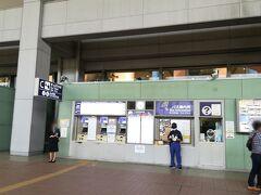 大阪駅に向かうため、シャトルバスに乗ります。 券売機は空港の建物の外にあります~。 券売機は取り扱っている行先のチケットが異なるので、行きたい先のバス停近くのものを使いましょう。