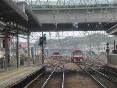始発の泉岳寺駅から乗ってきた京急の快特三崎口行き。最前列の展望席で車窓を楽しんでいます。 定刻の13時32分に金沢文庫駅を出発しました。<KK49>  *<>内は駅ナンバリング。以下同様。
