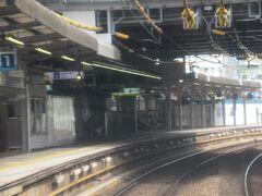 追浜(おっぱま)駅通過。<KK54> カーブの途中に設けられた駅です。