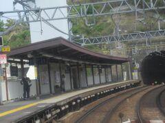 安針塚駅通過<KK56> ここは江戸時代初期に徳川家康に仕えたウィリアム・アダムス(三浦按針)にちなんだ駅名です。