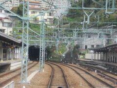 逸見駅を通過。<KK57> むかし、快速特急が堀の内駅を通過していた頃はここ、逸見駅で普通が快速特急を待避していました。今は待避駅として使われる機会は激減。  駅を出るとすぐに19番トンネル。