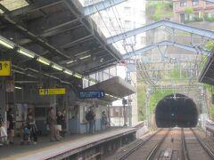 定刻13時42分。横須賀中央駅に停車しました。<KK59> 泉岳寺から47分、品川から45分で着きました。  (つづく)
