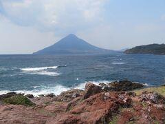 長崎鼻から見た開聞岳。この日は曇りで少し霞んでいました。