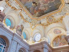 この大階段の豪華な天井画が見たかった! ガイドブックには必ず載っていますが、やっぱり自分の目で直接見ると違いますね! 金の装飾で縁取られた天井画は、イタリアの画家、ジャクイントによるものだそうです。