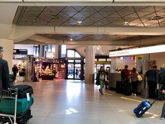 テーゲル空港に到着!  ドイツの首都、ベルリン。しかしテーゲル空港はこぢんまりしており、近々閉鎖の予定とか。  しかも空港から市内へ鉄道が通っていない!いきなり路線バスに乗るしかなく、荷物もあるしタクシー(約30ユーロ)にするか散々迷いました(´∀`; )。