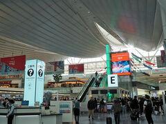 今回も羽田からの出発です。 GW連休3日目ですが朝から沢山の人達で賑わってます。