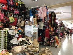 ミトーの桟橋ではナイトマーケットの開店準備が始まった。