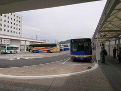 新山口に着きました。新幹線は大型連休で満席。座れない方も含めて乗車率も凄いことになっているようで、新幹線は遅れ気味です。 乗り換え時間が20分ほどしかなったので心配でしたが、新山口発萩行のバスはなんとか座れました。てもやはりバスも満席でしたが。