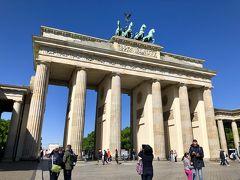 議事堂から徒歩でブランデンブルク門に来ました。  ここは『是非とも青い空の下で見たい!』と思っていたので、天気が良くて嬉しい(*´∀`*)。
