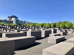 道なりに歩いて行くと『ホロコースト記念碑』が見えてきました。  ここまで歩いて来た道は、もともとベルリンの壁があった場所なんですよね。