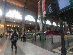 北駅にて。写っていない左手手前にもいくつかお店があります。お買い物はここで。 写真奥にパン屋等もあり。