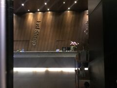 出発が遅れ、高雄のホテルに到着したのは夜12時近く。 高雄駅前は工事中で遠回りなので、美麗島駅で降りて徒歩約5~6分。 ジャストスリープ高雄駅前につきました。