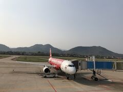1時間半のフライトで16時ごろルアンパバーンに到着。ルアンパバーン手前あたりで飛行機から見える風景は、山・山・丘・丘・山・山・・・。人が住んでいる気配なしの山岳丘陵地帯でした。空港も周囲がぐるっと山です。