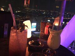 22時過ぎにホテルの上階にあるルーフトップバーRed Skyへ。 女性DJが気だるい感じでプレイしてました。  モヒートを一杯だけ。 香港やシンガポールに比べると地味目な夜景。