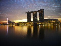 おはようございます。 お部屋から眺める夜明けのベイサンズ。 流石にこの時間はライトアップされていませんが、 シンガポールフライヤーは御覧の通りです。