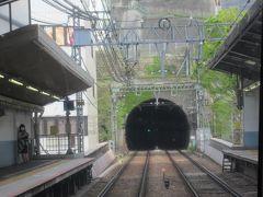 始発の泉岳寺駅から乗ってきた京急の快特三崎口行き。 最前列の展望席で車窓を楽しんでいます。 定刻13時42分に横須賀中央駅を出発しました。<KK59> 横須賀市の中心にある拠点駅ですが、トンネルとトンネルに挟まれた場所にあるためか2面2線とちょっと窮屈な駅です。  *<>内は駅ナンバリング。以下同様。