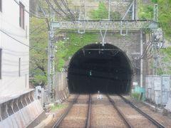 横須賀中央駅を出発するとすぐにトンネルに入ります。