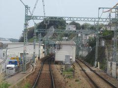 島式ホームの県立大学駅。<KK60> かつては京急安浦という名前でしたが近くにできた神奈川県立保健福祉大学の設立に伴って駅名が改称されました。