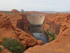 コロラド川をせき止めてレイク・パウエルを作ったグレン キャニオン ダムを見下ろす展望台に行きました。
