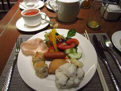 2019年 GW クアラルンプール滞在記 その1 https://4travel.jp/travelogue/11489561 からの続き  クアラルンプール2日目の朝。今日は、ラウンジより30分早く食事ができるロビーフロアのモザイクでいただきます。種類が多く、迷います。