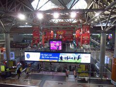 今日はツアー参加の為、ホテルロビーに7時集合です。ガイドさんと共に、もう1つのホテルを周り参加者4人のツアースタート。 往路は電車に乗るためクアラルンプール中央駅に来ました。ここも空港同様黒川紀章さんの設計。そのおかげで日本語での案内があり日本人には有り難い。