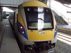 イポー駅に到着し、ガイドさんのお勧めされた電車の写真スポットでパチリ。