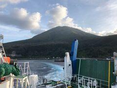 2日目です。  ぴょんさんの話では深夜に相当船が揺れたようですが、私はまったく気づかず朝を迎えることができました。フェリーとしま2は島々を順に巡ります。中之島では御岳が雄大な姿を見せてくれました。今回私の一番の目的はこの山に登ることです。明日戻ってくることにしています。