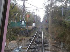 霞ヶ丘駅を通過します。梅屋敷駅を設けたため設置された駅で、利用客は少ないようです。
