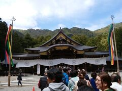 弥彦神社の本殿。弥彦神社は参拝の仕方が異なり「二礼四拍一礼」が特徴的。 また、拝礼するために並びますが、これでも全然少ない方だとか。火の玉石を忘れていたので、下山後に行きましたが、確かにすごい列になっていました。