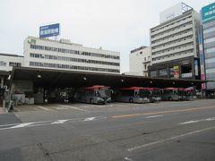 新潟駅と言えばこのバスターミナル。列車の駅のような造りがおもしろいです。