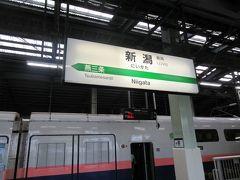 新潟駅へ。新幹線ホームに向かいます。全席自由の新幹線で座れるか心配でしたが始発駅だったので席は選び放題でした。
