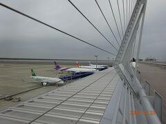 一番奥に駐機しているキャセイパシフィック航空で香港まで移動します