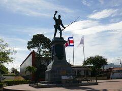 少し歩くとなんか像があった! コスタリカの英雄ファン・サンタマリアさんの像とのこと.