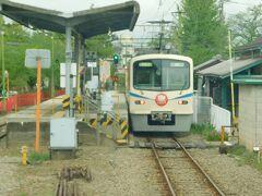 2019.04.30 下仁田ゆき普通列車車内 山名で一発目の交換…ん?新型車両ながら自社設計車両ではないか。