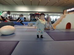 久しぶりの成田空港、初めての第2ターミナルから出発です。 自家用車でしたが、全く渋滞無くスムーズに到着出来ました。 ラウンジで軽く休憩後、子供の遊び場を発見したのでフライト前に少し遊ばせて疲れさせます。