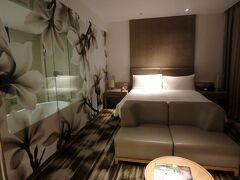 シンガポール到着後は、空港直結で移動の手間が無いクラウンプラザホテルにチェックイン。 海外ではよくあるバスルームが透け透けの部屋ですが、ゆったりした広さがあって快適でした。