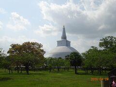 ルワンウエリ・セヤ大塔の様子 アヌラーダプラ観光の中心といっても良い場所です