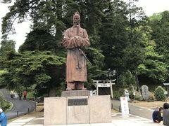和気神社前にそびえる高さ4.63mの和気清麻呂像。