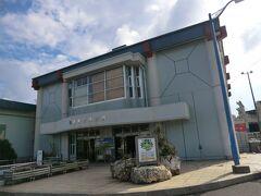9:15 さてこちらは「亀徳船客待合所」です。 定期航路が寄港する港は、平土野と亀徳のふたつがあり、鹿児島~沖縄の主幹航路は亀徳に寄港します。 こちらが、島のメインとなる港です。