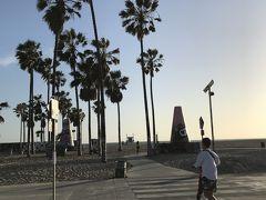 アボットキーニーからはUberの電動キックボードでビーチまで移動しました。ロサンゼルスの中でも特にサンタモニカ・ベニスには電動キックボードがたっくさんあります!乗り捨てOKのものばかりです。でも、旅行前に色々読んでると、「アメリカのAppアカウントじゃないとダウンロードできない」「登録にアメリカの免許証が必要」「アメリカ発行のクレジットカードじゃないと登録できない」などの口コミを多く見て断念してました。そしたら、UberもLyftも電動キックボードやっていて!通常の配車アプリの中で借りることができます。車道の横を走るのがちょっと怖いですが、あまり車通りも多くないのでただただ楽しかったし、楽でした!!!