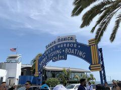 サンタモニカと言えば!!!の看板。思ったより小さくて、観光客で溢れてました。