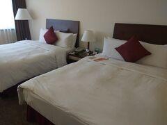 タクシーでホテルに到着! (16時頃だったので道が混んでました。)  シーザーパーク台北(台北凱撒大飯店)  以前は何度か泊まった事があり久々に泊まります。 台北駅前で綺麗で初台湾の妹家族には一番良いかなぁと。  ダブルベッドが2台ありとても広い