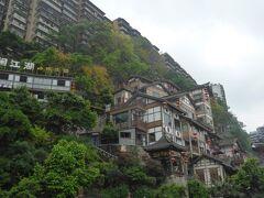 崖にへばりつくように建物が建っています。