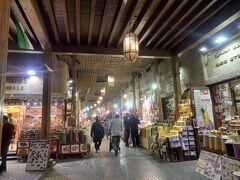 そして足を運んですぐ後悔 慣れた口ぶりでまた日本語で話しかけてくる店の人たち・・・入り口すぐの左側の店  声を掛けておきながら私が見てるだけだからと英語でいうと 通りすがりに大きな声で「貧乏ーーー!!」と。 ・・・・信じられない! 「Shut up!!」と発作的に反応して思わず指を立ててしまいましたよ。