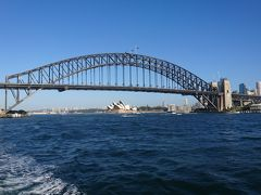その後はハーバーブリッジをくぐり、その向こうにオペラハウスを望む景色に出会えます。